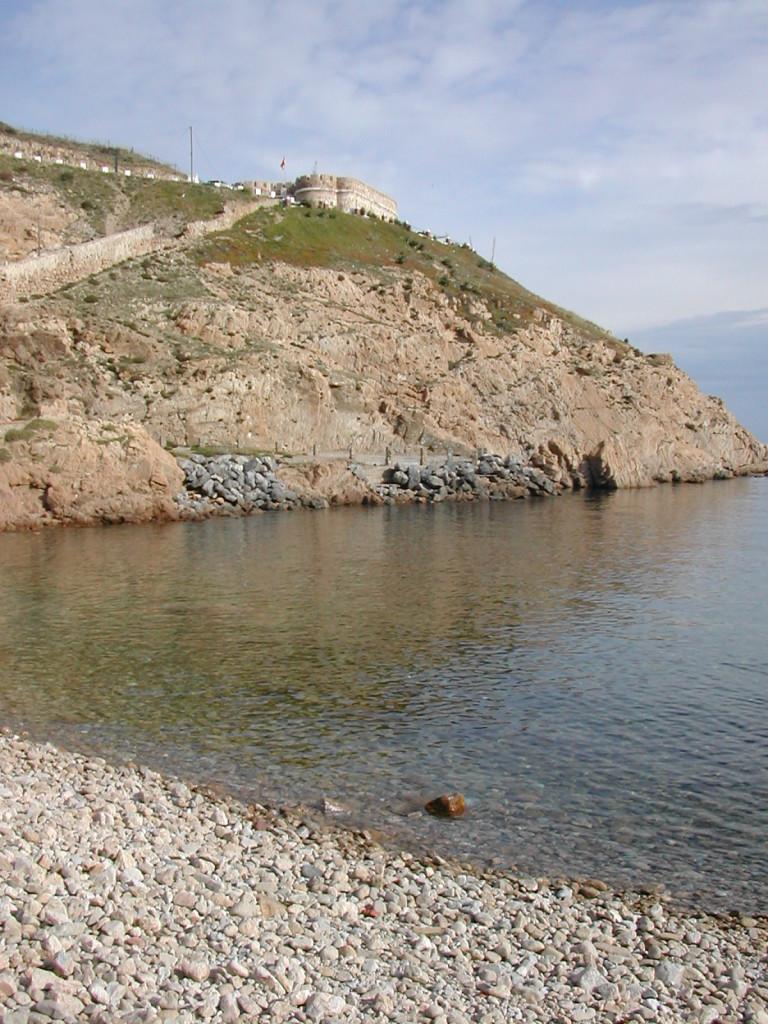 Playa y castillo del Desnarigado (Ceuta)