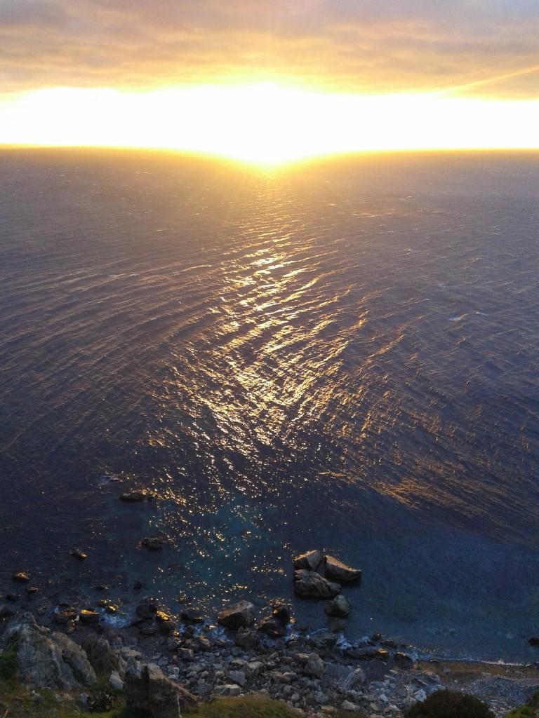 El intenso haz de luz del sol ha abierto una brecha en el mar para que sus rayos iluminen las profundidades del mar.