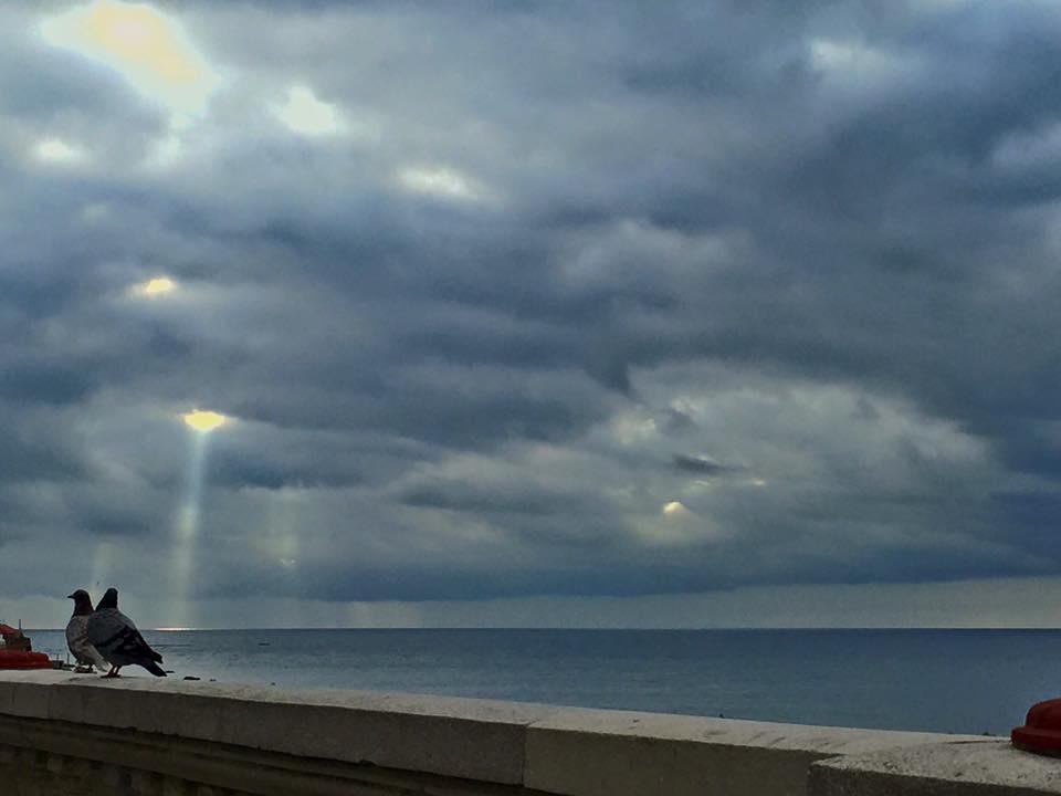 Rayos de luz sobre el mar de Ceuta (fotografía de Higinio Molina López)