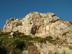 Mogote de Benzú en el que se ubican el abrigo y cueva del mismo nombre