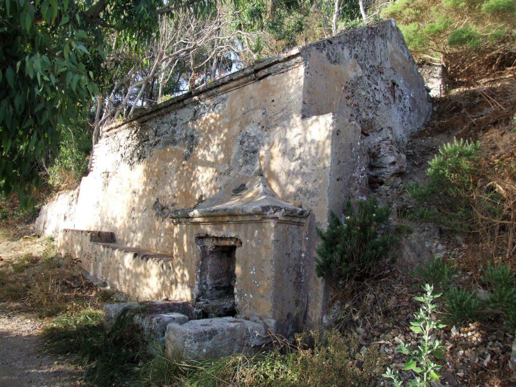 Fuente del siglo XVIII en el Monte Hacho
