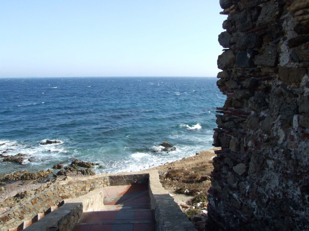 Acceso a la  playa de Santa Catalina junto a la batería de Sauciño