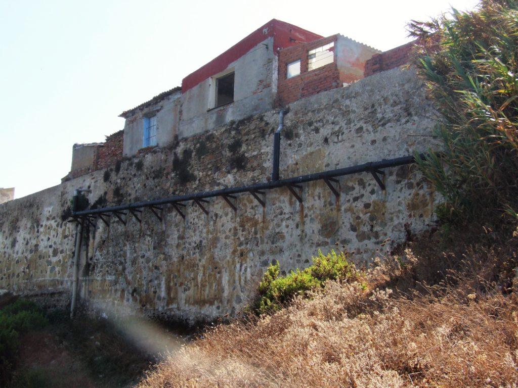 Tubería adosadas a las murallas declaradas Bien de Interés Cultural